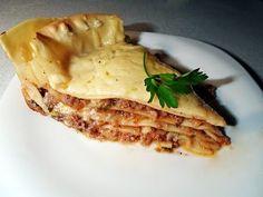 Лазанья. Хотя само название блюда происходит от греческого слова «ласана», что означает «горячие пластины», это блюдо всегда было и остается традиционным рецептом итальянской кухни. Существует много вариантов этого вкусного и очень сытного блюда, но самой традиционной и популярным является лазанья «Болоньеза». В этом блюде используется строго определенный набор ингредиентов, но мы немного отступимся от рецепта, но при этом приготовим не менее вкусную оригинальную лазанью.
