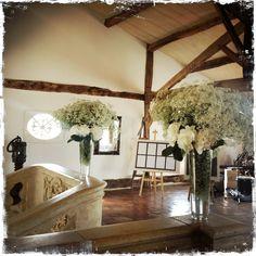 decoration d'escalier vase haut fleurs blanche hortencia chateau de bordeaux smith haut laffitteVase haut mariage chateau Smith Haut laffitte  bouquet de gypsophile  centre de table  stephanie desclouds fleuriste Bordeaux