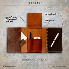 Porte carnet de note en cuir recyclé doté d'une pochette – trousse pour stylos ou téléphone portable + pochette porte documents et un carnet de note pages blanches en papier recyclé intégrés. Présenté dans une élégante boite écrin noire. Coloris proposés : marron chocolat, camel et beige crème Dimensions : A5 : 15 x 23 x 4 cm A7 : 11 x 16 x 4 cm A partir de 85€ Livraison offerte