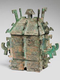 Large Covered Ritual Wine Container (Fangyi) Dinastia Tang. La forma arquitectónica de este recipiente ritual de vino demuestra la estrecha relación entre la técnica y el diseño en el casting de bronces rituales. En la antigua China, el bronce fundido (una aleación de cobre y estaño) se vertió en moldes de cerámica compuestos de múltiples secciones unidas alrededor de un núcleo cerámico;