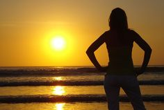 Zur Insel Bali gehören auch immer hübsche Frauen. Sonnenuntergang auf Bali. Bali, World Pictures, Sunshine, Celestial, Summer, Travel, Outdoor, Pictures, Indonesia