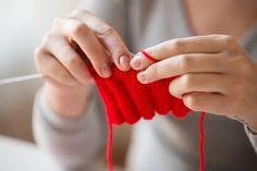 編み物といえば、棒針やかぎ針ですよね。しかし、実は意外な日用品で編み物ができるということはご存知でしょうか? 使用するのはなんと「ストロー」! 編むのが一見難しそうに見える毛糸のブレスレットなども、ストローを使って編む「ストロー編み」をすれば簡単にハンドメイドすることができてしまうんですよ。編む手順はとっても簡単ですから、お子さんも一緒に楽しむことができます。今回は、素敵なファッションアイテムになるカラフルなミサンガをストロー編みする方法をお届けします♪ この記事の目次 編み物って難しそうなイメージ… ストローを活用して簡単編み物にチャレンジ! ストロー編みのやり方を詳しく解説! 編み終わったらストローを引き抜こう 可愛いブレスレットが作れちゃいます 途中で毛糸の色を変えると可愛い! スパンコールで飾り付けてアレンジ♪ ストロー編みで子供と一緒に楽しい編み物ライフを♪ 編み物って難しそうなイメージ… image by PIXTA / 28055918 編み棒やかぎ針を使って編み物をするというのは、手芸初心者にとってはどうしてもハードルが高く感じられますよね。編み針を買っ...