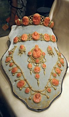 Stunning Parure, comprising a brooch, a necklace, earrings, a bracelet, a tiara (1810-1812) of Caroline Bonaparte, Joachim Murat's wife and Queen of Naples - gold and Mediterranean coral - Private collection.