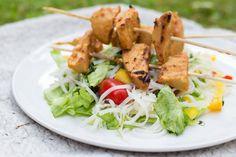 Marias Matglede ♥: Satayspyd og thaiinspirert nudelsalat Norwegian Food, Vegetarian Food, Bbq, Meat, Chicken, Noodle Salads, Veggie Food, Barbecue, Barbacoa
