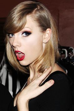 taylor swift looks beautiful in this picture I love her hair and makeup Taylor Swift Hot, Style Taylor Swift, Taylor Taylor, Taylor Swift Makeup, Agile, Taylor Swift Pictures, Look At You, Taylors, Role Models