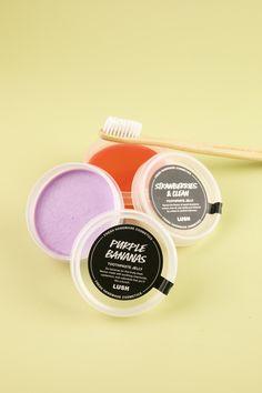 I don't think you're ready for this jelly. Die #LushLabs öffnen diesmal schon etwas früher ihre Türen und präsentieren Tooth Jellies* in zehn verschiedenen Geschmacksrichtungen. 😁 Genauso wie die Toothy Tabs sind sie eine Alternative zur herkömmlichen Zahnpasta.   *online exclusive Lush, Think, Jelly, Banana, Cosmetics, Purple, Handmade, Marmalade, Beauty Products