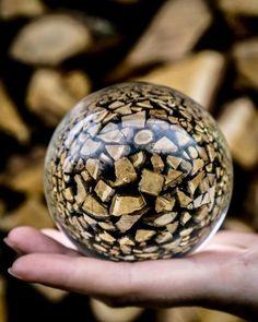Ein Holzball, der in Glas von @ manski123 #lensballphotography #lensball #throughthesphere #glassball #crystalball eingelegt wurde -  - #fotografie