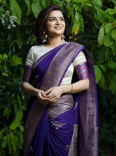 How to A Get Designer Saree Look to your Old Saree (without cutting into pieces) we all have quite a few numbers of sarees sitting at our wardrobes fr… Pattu Saree Blouse Designs, Fancy Blouse Designs, Bridal Blouse Designs, Pattern Blouses For Sarees, White Saree Blouse, Brocade Blouse Designs, Traditional Blouse Designs, Saree Blouse Patterns, Traditional Sarees