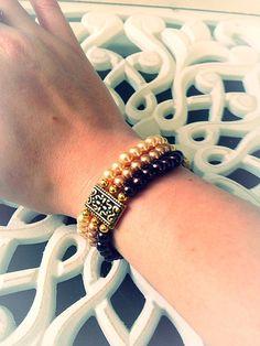 Bracelet femme fait main et unique, composé de perles en verres de bohème 6mm et de perles en métam (sans nickel) sur trois îlots. Le bracelet est elastique et mesure 7.5cm de diam-tre. Envoyé avec un emballage pret à offrir. FRAIS DE PORT OFFERT !!!!!!!!!!!! (Seulement pour la FRANCE)