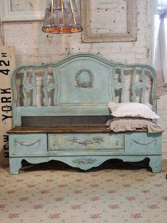 Laag kastje met daarachter een headboard van een oud bed. In 1 kleur geverfd en je hebt een nieuw meubel