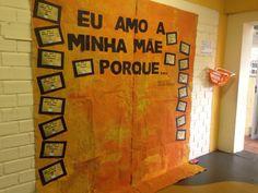 Mural de dia das mães, com fotos das crianças segurando suas respostas d painel para que todos possam registrar o seu amor! Ao lado, cesta com papel e canetinha!❤️ #mothersday #diadasmães #educaçãoinfantil #preschool #byprirossi