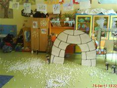 Faire un igloo en carton comme décor et déposer des draps blancs sur le sol