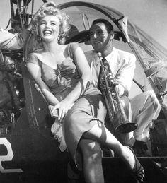 """*-*On termine cette année 1952, qui fut riche en évènements et pour la notoriété montante de Marilyn grâce à son dernier film """"Niagara"""", avec la fête du musicien Ray ANTHONY (The Ray ANTHONY party) / La fête s'est tenue dans une villa de Sherman Oaks, dans le district de Los Angeles, situé dans la vallée de San Fernando. Marilyn, vêtue de la robe rouge du film """"Niagara"""", est arrivée en hélicoptère, puis s'est prêtée au jeu des photographes en faisant mine de jouer de la trompette et de la…"""