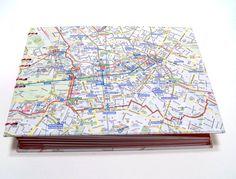 Dies ist ein Reisefototagebuch.  Man kann nicht nur seine Eindrücke niederschreiben, sondern seine Lieblingsfotos direkt dazu einkleben. Manchmal verschlägt es einen in eine andere Stadt wie z. B. Berlin zum Studium oder sonstiges und man kann ein solches Buch über einen längeren Zeitraum füllen.  Im vorderen Deckel habe ich einen Briefumschlag eingeklebt, in dem man Eintrittskarten oder sonstige Erinnerungsschnipsel aufbewahren kann. Im hinteren Deckel befindet sich eine Hülle für die…