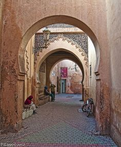 Una insolitamente tranquilla strada nella medina di Marrakech  An unusually quiet street in medina of Marrakech