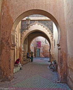 An unusually quiet street in medina of Marrakech - Maroc Désert Expérience tours http://www.marocdesertexperience.com