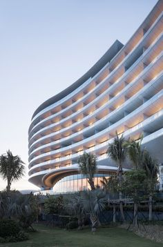 Image 1 of 23 from gallery of Hainan Blue Bay Westin Resort Hotel / gad·Zhejiang Greenton Architectural Design. Photograph by Yao Li Hotel Design Architecture, Plans Architecture, Amazing Architecture, Curve Building, Building Facade, Building Design, Building Ideas, Pintura Exterior, Facade Design