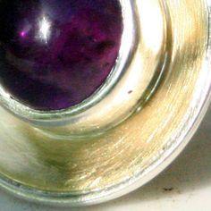 sieraden van zilver of goud gecombineerd met verschillende edelstenen, de kracht van de steen