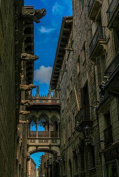Preciosa calle del #BarrioGótico de #Barcelona. Carrer del Bisbe.  Conócelo en una #visitaguiada http://www.viajarabarcelona.org/entretenimiento-en-barcelona/recorrido-a-pie-por-el-barrio-gotico/ #turismo