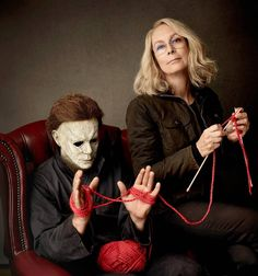 Jamie Lee Curtis bonds with Michael Myers in new Halloween photo shoot Halloween Meme, Halloween Film, Halloween Photos, Halloween Horror, Halloween 2018, Rob Zombie, Dark Beauty, Scary Movies, Horror Movies