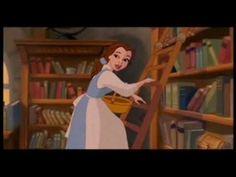 El video contiene fragmentos de las películas de las princesas disney, cada fragmento muestra como disney representa el papel de la mujer.