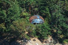 Geodesic Dome Homes can go where others can't survive because they can withstand winds and the living space is ample for a small footprint. I've wanted one since I was a teen! Garden Deco, Sustainable Building Materials, Dome Structure, Geodesic Dome Homes, Off Grid House, Dome Greenhouse, Eco Buildings, Eco Architecture, Dome House
