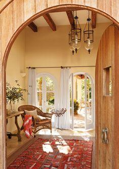 La alfombra de toda la vida  Ya sea un kilim o una alfombra clásica, superponla a una de fibras más grande y verás como destaca.