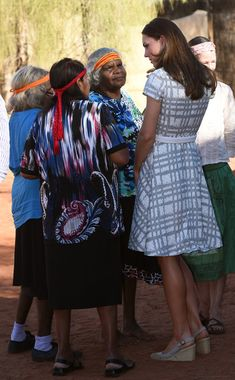 Kate Middleton Catherine, Duchess of Cambridge talks with Aboriginal women during a visit to a local cultural centre at Uluru on April 22, 2014 in Ayers Rock, Australia.