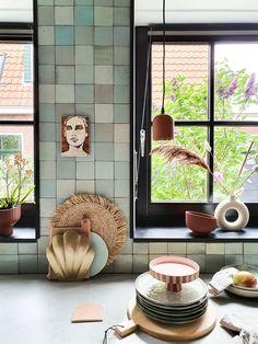 Binnenkijken bij marjoleinbouhuijzen Kitchen Interior, Tiles, Windows, Inspireren, Furniture, Home Decor, Room Tiles, Tile, Window