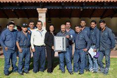 Transportes Especializados Antonio De La Torre e Hijos recibe la placa que demuestra su certificación HACCP System utilizado en el lavado de tanques grado alimenticio.