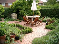 Here's a lovely little front yard potager vegetable garden. Perfect if you live in a built up area... pinned with Pinvolve