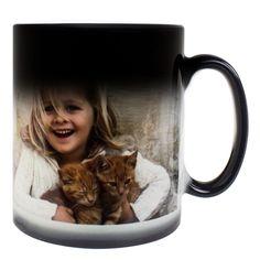 """Mit kleinen Kindern spielt man das beliebte Kuckuck-Spiel (Da! Weg. Da! Weg.), diese Fototasse spielt es mit Ihren Freunden und Bekannten: Der exzellente Druck erscheint erst dann auf """"magische"""" Weise, wenn man heißes Wasser in den schönen Kaffeebecher gießt. Zaubern Sie mit diesem Geschenk – vor allen Dingen ein Lächeln ins Gesicht Ihrer Lieben!"""