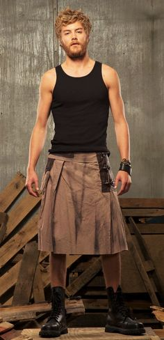 diggin the kilt Fashion Moda, Boy Fashion, Mens Fashion, Fashion Design, Fashion Trends, Men Wearing Skirts, Men In Kilts, Kilt Men, Man Skirt