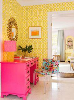 Home Decor Habitacion Yellow lattice wallpaper and pink desk brighten this area.Home Decor Habitacion Yellow lattice wallpaper and pink desk brighten this area My New Room, My Room, Home Interior, Interior And Exterior, Gray Interior, Modern Interior, Pink Home Offices, Pink Desk, Pink Dresser