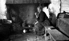 Interior of house of M. Breathnach, Maam Cross, Co. Antique Photos, Old Photos, Irish Customs, Images Of Ireland, Ireland Pictures, House Of M, Old Irish, Irish People, Fotografia