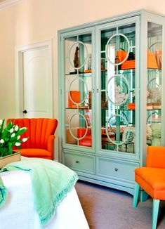 beautiful c o l o r China Cabinet // Interiors by Tobi Fairley // Photography by Nancy Nolan // Featured in Traditional Home // via House of Turquoise House Of Turquoise, Orange And Turquoise, Turquoise Room, Teal, Turquoise Office, Blue Orange, Orange Color, Salons Cosy, Inspiration Design