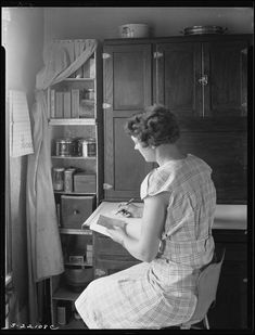 The Way We Worked: Photographs from the National Archives Early American, American Life, Old Fashioned Photos, Farm Women, Great Depression, Antique Shops, Vintage Pictures, No Way, Image Collection