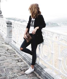 All black with white Converse is a no fail look. Pretty Outfits, Fall Outfits, Fashion Outfits, Teen Fashion, Style Fashion, Carrie Bradshaw, Jean Destroy, Couture 2016, White Converse Outfits