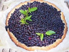 Mustikkapiirakka on kesäisen kahvipöydän kruunu.