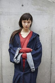The coat shown in this picture is a large wedge shape. This draws attention to the model's shoulders.