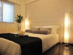 インテリアコーディネート ベッドルーム・寝室|ベッドの両側からフロアスタンドの明かりで優雅に照らします。