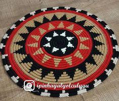 Mutlu akşamlar.. 👛👜🌺🌷Gülfem hanımın çantası için 30 cm tabanımız hazır modelimizi bir önceki resimde paylaşmıştım. Bu wayuu en büyük boy… Bead Crochet Patterns, Beading Patterns, Crochet Round, Knit Crochet, Crochet Mandela, Woven Chair, Willow Weaving, Crochet Woman, Tapestry Crochet