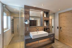 Moderne Badeinrichtung für Hotelzimmer mit PALME® Dusche. Bathroom Lighting, Bathtub, Mirror, Furniture, Home Decor, Hotel Bedrooms, Showers, Bath Room, Bathing