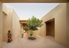 Construido en 2014 en Tadjoura, Yibuti. Imagenes por Javier Callejas. Djibouti se encuentra en el Cuerno de África, el cual sufre de sequías persistentes y escaseces severas. Se nos acercó la gente deSOS Kinderdorf...