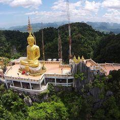 Tigrova pećina (Wat Tham Sua)  je hram koji nudi neverovatno duhovno iskustvo. Nalazi se u blizini Krabija, a predstavlja jedno od najvećih prirodnih čuda Tajlanda. Unutar hrama se nalaze brojne relikvije i ikone, ali pravu atrakciju predstavlja otisak Bude. Da bi se došlo do ovog istorijskog mesta potrebno je napraviti 1 272 koraka konstantnog penjanja. #tajland #krabi #tigrovapecina #tigar #pecina #hram #buda #otisak #penjanje #atrakcija #uzivanje #maja_tours
