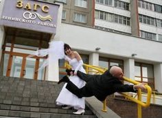 16 Funny Wedding Pictures You Won't Be Seeing in an Album - Oddee.com (funny wedding pictures, funny wedding photos)