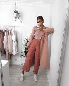 Look all pink: entre nessa onda também. Suéter de gola alta rosa, calça de alfaiataria rosa, maxi casaco rosa, tênis branco