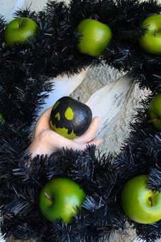 Poison apple wreath diy apples halloween crafty halloween crafts halloween diy crafts halloween wreaths halloween wreath ideas halloween door decorations poison apple