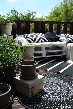 Balkongestaltung 2017 Möbel aus Paletten weiß schwarz grau kombiniert Ethno Look