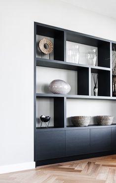 Deze zwarte kast geeft met de vakverdeling een strakke en luxe uitstraling in het interieur. Custom Cabinets, Cabinet Design, Blue Walls, Bookcases, Tvs, Storage Spaces, New Homes, Dining Room, Characters